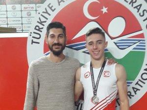 Atletlerimiz İstanbul'da kürsüden inmiyor