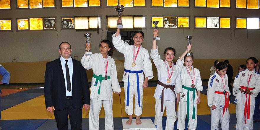 Hala Sultan ve Cumhuriyet şampiyon