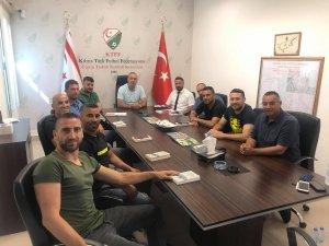 Futbolcular sözleşmeyi Sertoğlu'na sundu