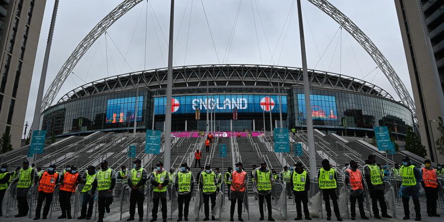 İngiltere'ye final baskısı