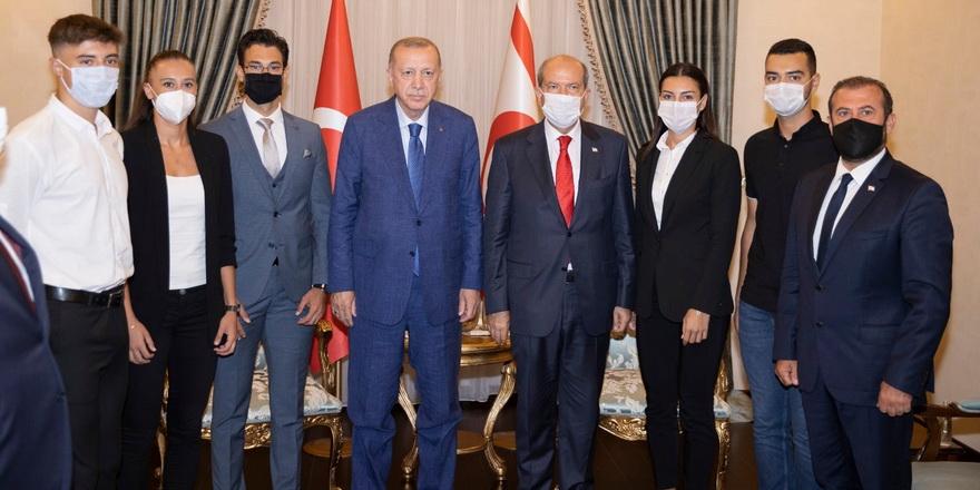 Erdoğan ve Tatar, milli sporcularla görüştü