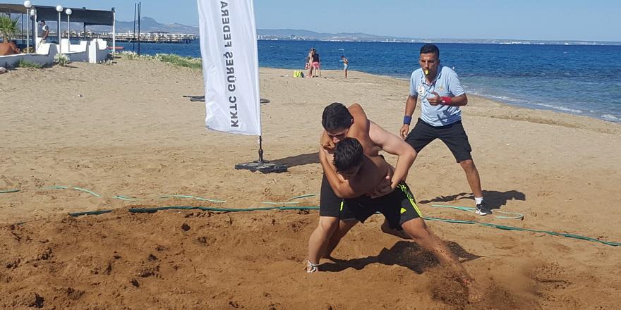 Plajda güreş heyecanı sürüyor