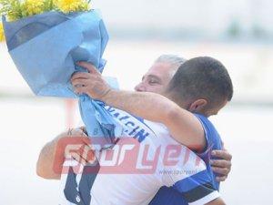 Salih Güvensoy'a çiçeklerle veda